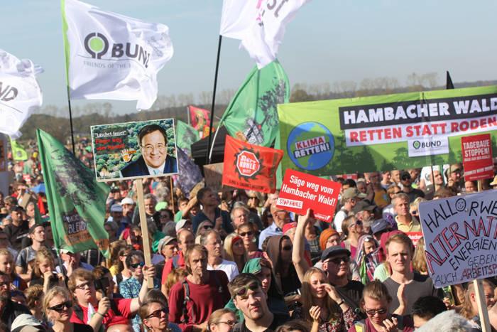 50.000 Menschen demonstrieren u.a. zusammen mit dem BUND für den Erhalt des Hambacher Waldes.