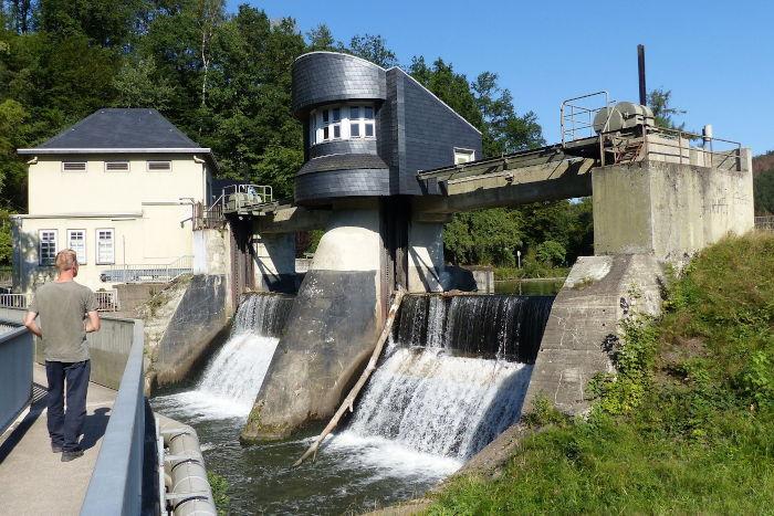 Der Überlauf am Stauwehrin Wiehlmünden von der Fussgaengerbrücke aus fotogafiert.