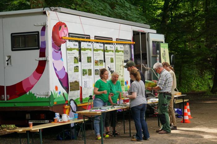 Der BUND Bus beim GEOTag der Natur am Kalscheurer Weiher in Köln. Passanten konnten sich über die Arbeit des BUND informieren sowie beim Bestimmen von Tieren und Pflanzen helfen.