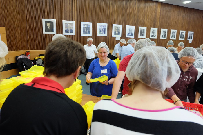 Karin Stagge vom BUND Rhein Berg in Aktion: BioBrotboxen werden gefüllt.