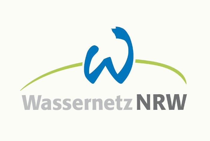 """""""Wasseretz NRW"""" als grauer Schriftzug und darüber ein blaues W, geschwungen, wie ein Fluss, in grüner Umgebung."""